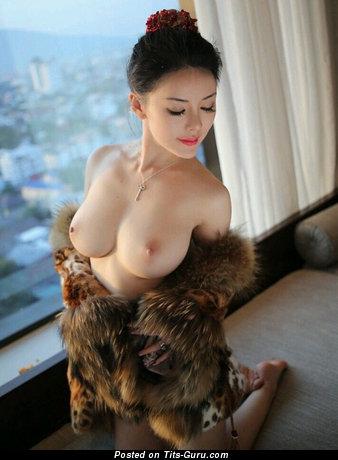 Красотка с восхитительными оголёнными среднего размера сисями (интимная фотография)