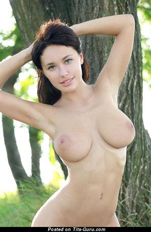 Красотка с сексуальной обнажённой натуральной средней грудью (hd ню картинка)