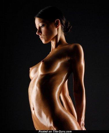 Модель с сексуальным оголённым натуральным малюсеньким бюстом (эротическое фото)