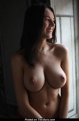 Красотка с эффектными оголёнными натуральными среднего размера цицьками (hd порно фото)