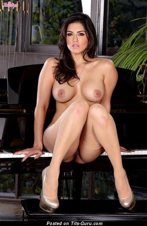 Изображение. Картинка умопомрачительной обнажённой девахи с большой грудью