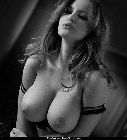 Картинка невероятной брюнетки топлесс с средней грудью, большими сосками