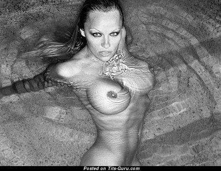 Изображение. Фото красивой обнажённой девушки с большими силиконовыми сисечками