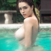 Мокрая деваха с красивой голой натуральной среднего размера грудью (hd эро изображение)
