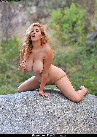 Изображение. Фотка умопомрачительной блондинки топлесс с большими сисечками