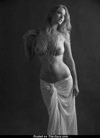 Изображение. Картинка красивой голой тёлки с большими натуральными сисечками