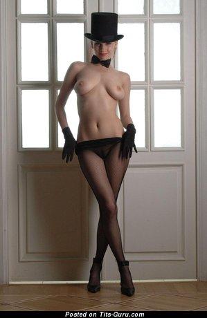 Изображение. Картинка шикарной обнажённой девахи с среднего размера натуральными сиськами