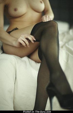 Изображение. Картинка сексуальной обнажённой модели с среднего размера натуральными сиськами