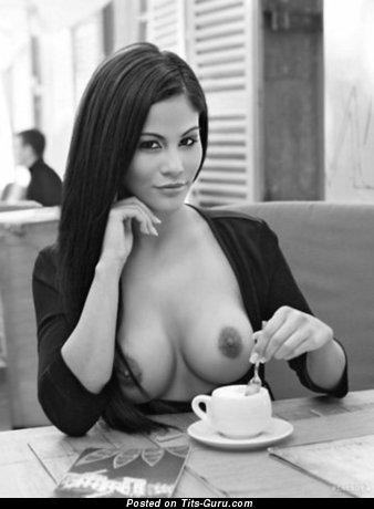 Изображение. Фото невероятной голой леди с средней грудью