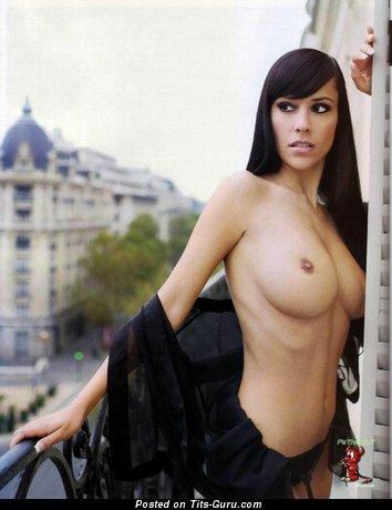 Jennifer Henschel - фотография невероятной обнажённой брюнетки с среднего размера натуральными дойками