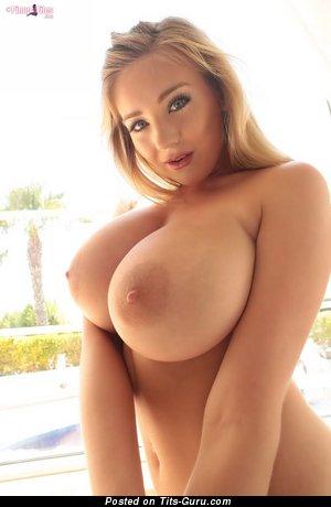 Фото умопомрачительной блондинки топлесс с большими дойками, большими сосками