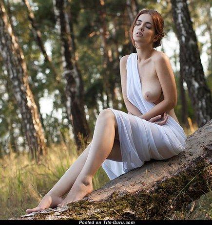 Изображение. Картинка умопомрачительной голой девушки с средними натуральными дойками