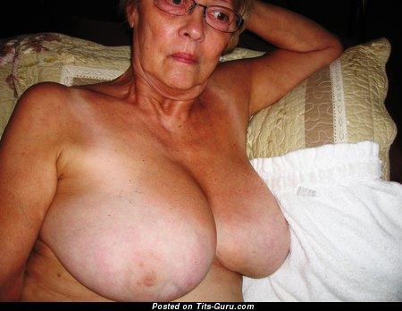 Alli Bella - изображение восхитительной раздетой блондинки с большой грудью