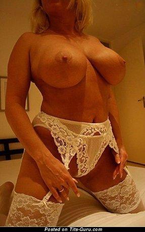 Изображение. Фотография горячей девахи топлесс с большими сиськами
