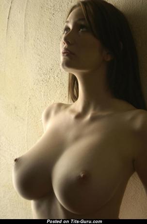 Картинка сексуальной обнажённой модели с среднего размера грудью