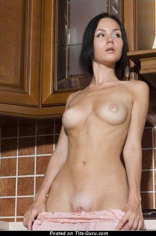 Тёлка с сексуальными обнажёнными натуральными сиськами (18+ фотография)