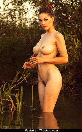 Шикарная топлесс брюнетка красотка (эро фотка)