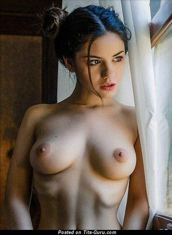Картинка красивой раздетой леди с средней натуральной грудью