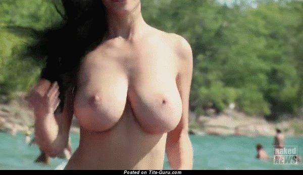 Гиф восхитительной брюнетки топлесс с натуральной грудью, большими сосками