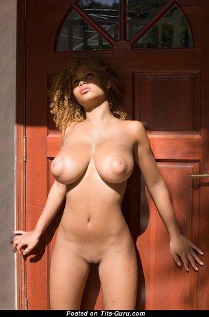 Изображение. Фото шикарной обнажённой тёлки с большими натуральными сисечками