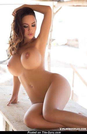 Изображение. Фотография сексуальной голой брюнетки с средними сисечками