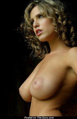 Картинка обалденной голой блондинки с большими натуральными дойками