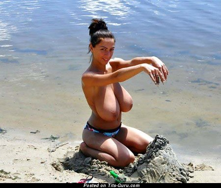 Фотография офигенной голой чувихи с гигантской натуральной грудью