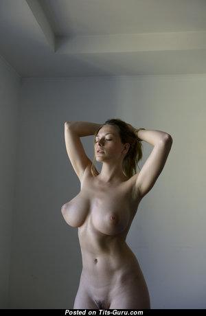 Невероятная раздетая красотка (hd порно фотография)