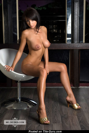 Image. Anna U - naked brunette with big boobs and big nipples picture