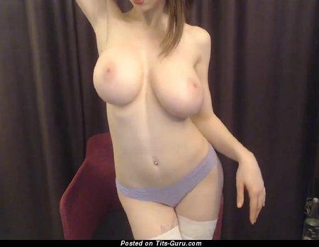 Тёлка с горячими обнажёнными средними титями (домашняя порно фотка)