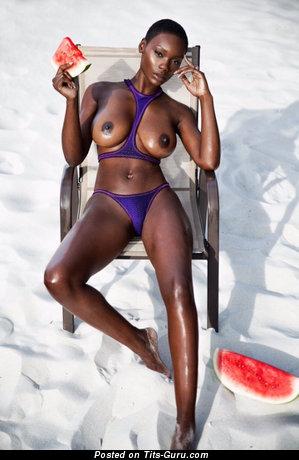 Изображение. Картинка обалденной обнажённой негритянки с большими натуральными дойками