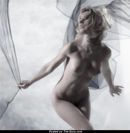 Изображение. Картинка сексуальной голой женщины с средними натуральными сисечками