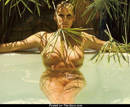 Изображение. Ursula Andress - фотография горячей голой девушки с среднего размера дойками