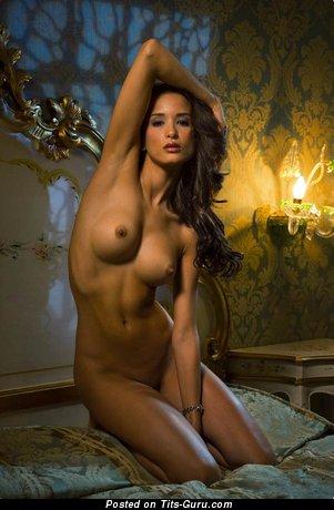 Изображение офигенной голой девахи с натуральной грудью