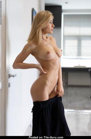 Candice B - Splendid Ukrainian Blonde Babe with Splendid Bald Natural Tight Tit is Undressing (Hd 18+ Foto)
