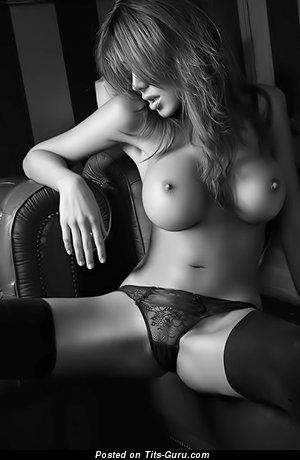 Изображение. Фотка шикарной раздетой тёлки с большими силиконовыми дойками
