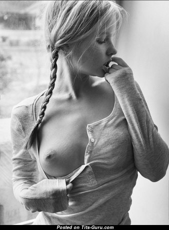 Фотка невероятной раздетой девахи с средней натуральной грудью
