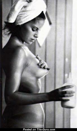 Ellen Michaels: брюнетка с восхитительной голой натуральной грудью и с загаром (hd эро изображение)