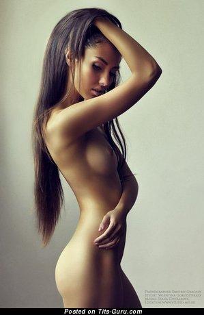 Брюнетка с шикарными голыми натуральными средними буферами (интимная картинка)