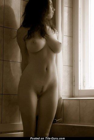 Изображение. Фотка умопомрачительной голой женщины с большими натуральными дойками