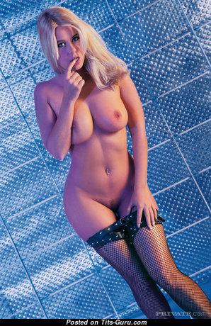 Блондинка с восхитительной обнажённой натуральной грудью (hd ххх фото)