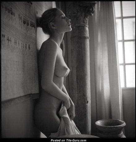 Изображение. сиськи фото: средние сиськи, натуральная грудь, ч/б