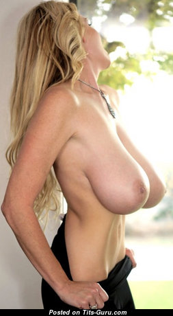 Hot Naked Blonde Babe is Undressing (Sex Pix)