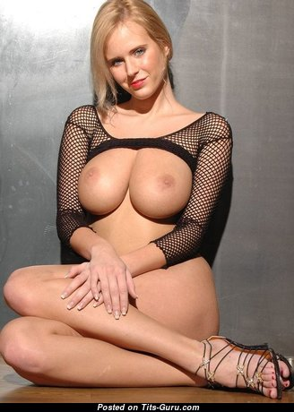 Nice Babe with Nice Bare Real Average Boobies (Xxx Foto)