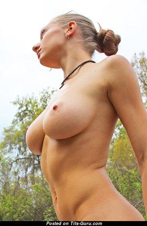 Красотка с супер обнажёнными натуральными средними цицьками (эро изображение)