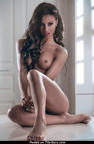 Superb Babe with Superb Bare Tight Boobie (Sexual Foto)
