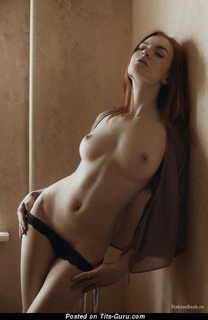 Изображение. Картинка шикарной обнажённой чувихи с средними натуральными сисечками