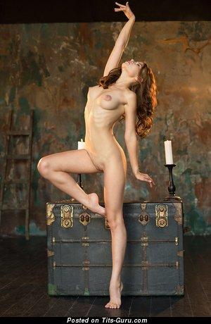 Viktoriia Aliko - фото сексуальной обнажённой леди с среднего размера натуральными сисечками