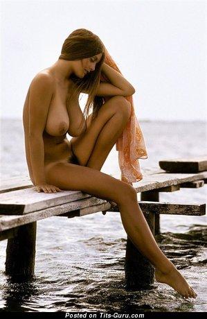Фотка шикарной голой девушки с среднего размера натуральными сиськами