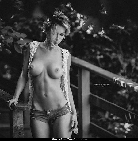 Изображение. Фото восхитительной голой женщины с средней натуральной грудью